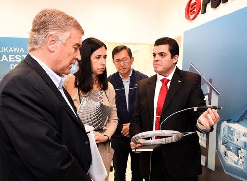 Furukawa recibió la visita de Oscar Aguad en su planta de producción de fibra óptica